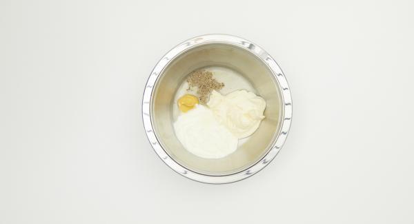 Per la salsa, mescolare lo yogurt e la maionese con il liquido di conservazione dei cetriolini e la senape. Insaporire con un pizzico di zucchero, pepe e un po' di sale.