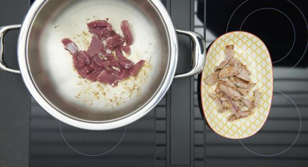 Al suono di Audiotherm, rosolare il filetto di maiale in porzioni e toglierlo.