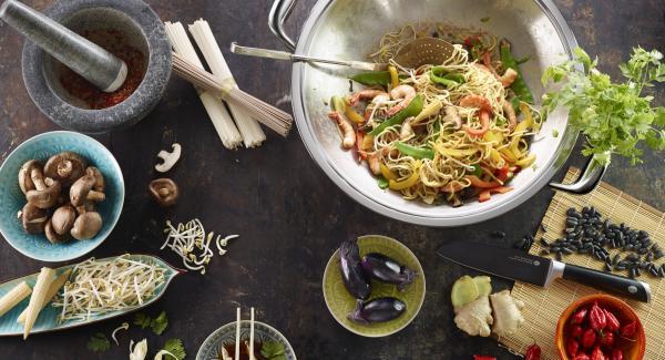 Tritare finemente il coriandolo, quindi unire al composto. Lasciare che il composto si rapprenda leggermente, insaporire con pepe e salsa di soia e servire immediatamente.