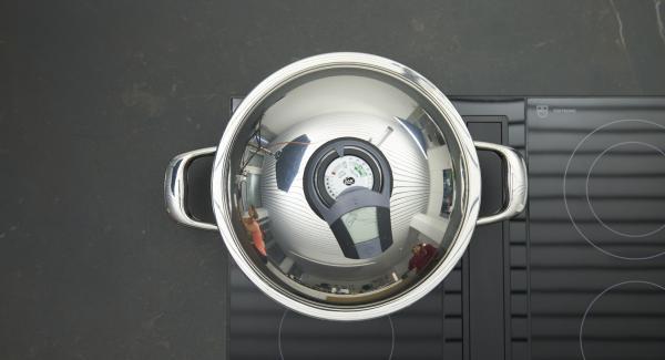"""Disporre Unica 28 cm sul fornello e impostarlo sul livello massimo. Accendere Audiotherm, applicarlo su Visiotherm e ruotarlo fino a visualizzare il simbolo """"carne""""."""