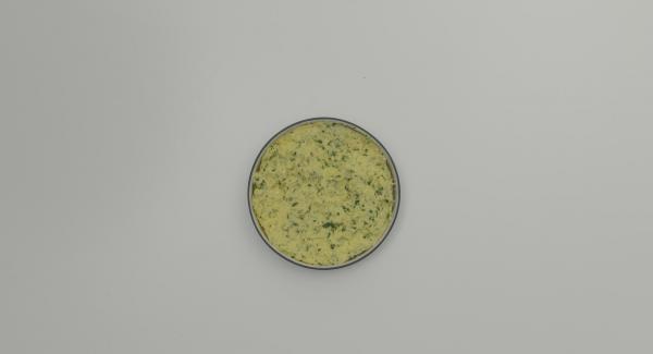 Tritare finemente il prezzemolo, amalgamarlo insieme all'uovo al semolino. Trasferire il semolino in un piatto fondo e farlo raffreddare completamente.
