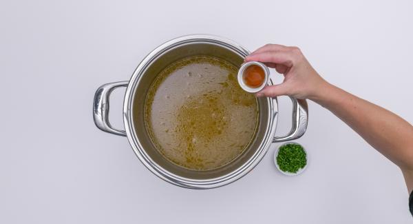 Filtrare il brodo e lasciarlo sobbollire scoperto per altri 10 minuti. Insaporire con una generosa dose di sale, pepe e acquavite.