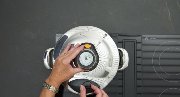 Inserire l'inserto Softiera nell'unità di cottura e chiudere con Secuquick