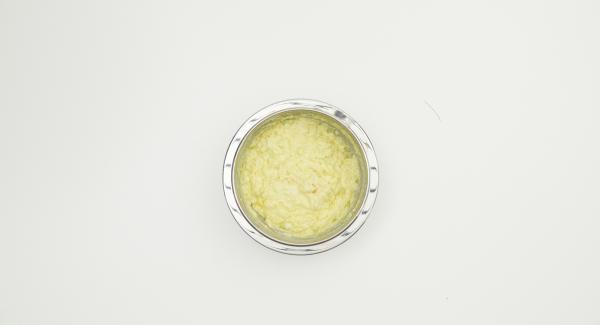 Eliminare la crosta del pancarré, ammollarlo in acqua fredda, spremerlo leggermente e aggiungerlo alle patate. Pelare l'aglio, tagliarlo a dadini e unirlo al composto. Mescolare bene il tutto.