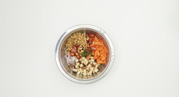 Preparare una salsa con l'aceto, l'olio e 200 ml di brodo vegetale, quindi aggiungere sale e pepe. Lavare il timo, staccare le foglioline e unirle al composto. In una ciotola, amalgamare gli ingredienti preparati insieme con la salsa.