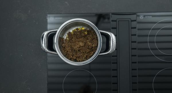 Togliere l'unità di cottura dal fornello e unire il pane di segale. Distribuire il composto su un foglio di carta d forno e far raffreddare.
