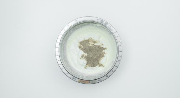 Montare la panna e amalgamarla con il formaggio quark e lo zucchero vanigliato. Sgocciolare le amarene e i lamponi  e mescolarli con cautela in Lasagnera media.