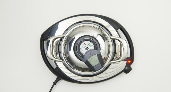 Al suono di Audiotherm, abbassare il livello, rosolare brevemente le cipolle e far raffreddare.