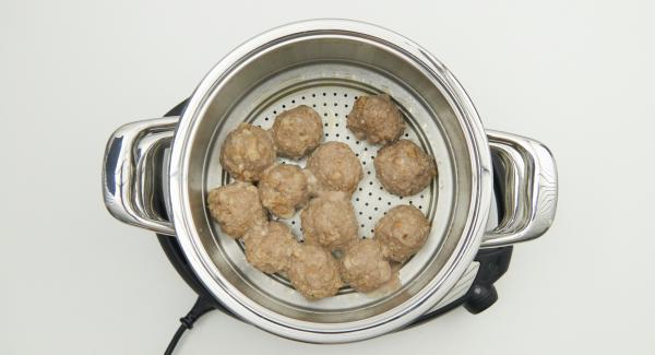 Trascorso il tempo di cottura, eliminare l'alloro e il pepe, staccare e tritare finemente le foglie di prezzemolo. Diluire l'amido di mais con acqua fredda.