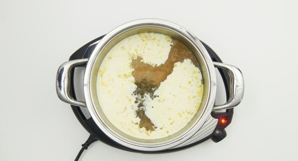 Aggiungere al fondo la panna e i capperi, portare a bollore e legare con l'amido diluito. Unire il succo di limone e aggiustare di sale e pepe.