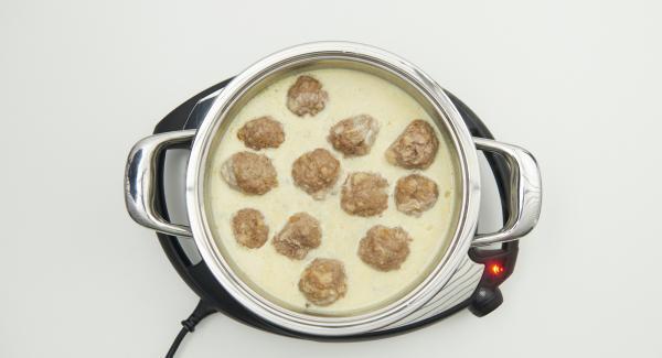 Adagiare le polpettine nella salsa e servire cosparso con il prezzemolo