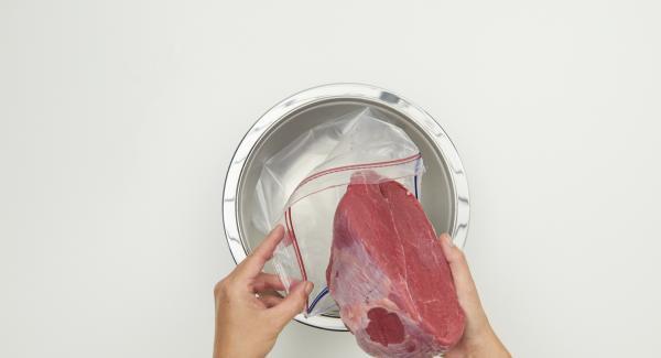 Pulire e tagliare a dadini la verdura. Pelare le cipolle e tagliarle a dadi grossolani. Metterle in un sacchetto per il freezer con la carne, il vino rosso, l'aceto, lespezie e le bacche di ginepro incluse. Chiudere bene e lasciar marinare in frigo per 3 giorni circa.
