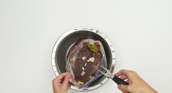 """Estrarre la carne, passare al setaccio la marinata e raccogliere il succo. Disporre l'unità di cottura sul fornello e impostarlo al massimo. Accendere Audiotherm, applicarlo su Visiotherm e ruotarlo fino a visualizzare il simbolo """"carne""""."""
