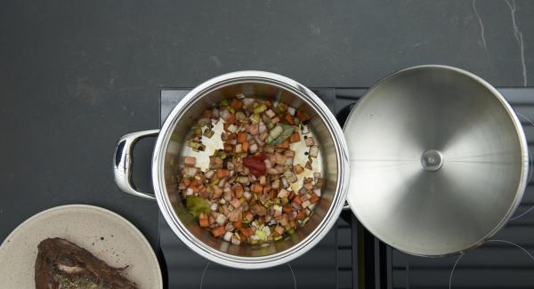 Rosolare le verdure, aggiungere la conserva di pomodoro e rosolare il tutto. Aggiungere la carne, quindi irrorare il tutto con la marinata e il brodo di carne