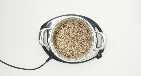 """Nell'unità di cottura mescolare la quinoa e 500 ml di brodo vegetale e coprire con Secuquick. Impostare Navigenio in modalità """"A"""", su Audiotherm impostare il programma """"P"""" (= 20 secondi), applicarlo e ruotarlo fino a visualizzare il simbolo soft."""