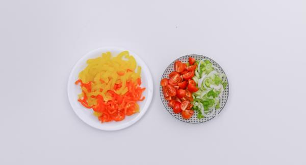 Pulire e tagliare a pezzettini i peperoni e i cipollotti. Tagliare ad anelli i cipollotti e dividere a metà i pomodorini ciliegia.