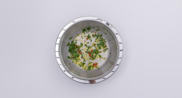 Tritare finemente il prezzemolo. Tagliare a dadini il peperoncino. Preparare una salsa con il peperoncino, l'alio e l'aceto, salare e pepare.