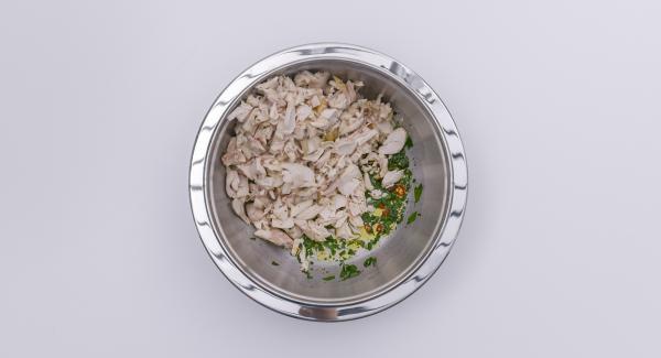 Aggiungere le verdure e il pollo a pezzettini e mescolare bene.