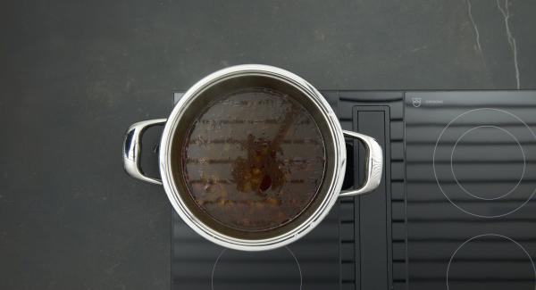 Trascorso il tempo di cottura, posizione l'unità nel suo coperchio capovolto e attendere l'apertura di Secuquick. Estrarre la carne, passare al setaccio la salsa e portarla a bollore. Legare a piacere con l'addensante, aggiungere l'uvetta e aggiustare di sale e pepe.