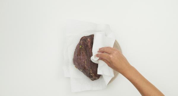 Tamponare la carne con carta da cucina per asciugarla. Al suono di Audiotherm, abbassare il livello e rosolare la carne su tutti i lati, estrarla e condirla.
