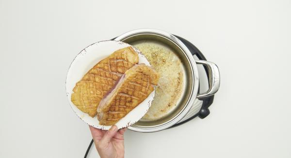 Estrarre i petti d'anatra dall'unità di cottura ed eliminare il grasso in eccesso presente nell'unità di cottura