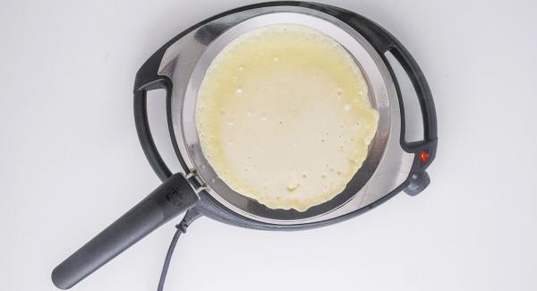 Quindi spegnere Navigenio e versare un cucchiaino di burro su oPan. Aggiungere un po' di pastella, distribuendola bene su tutta la superficie. Cuocere da una parte e girare sull'altro lato.