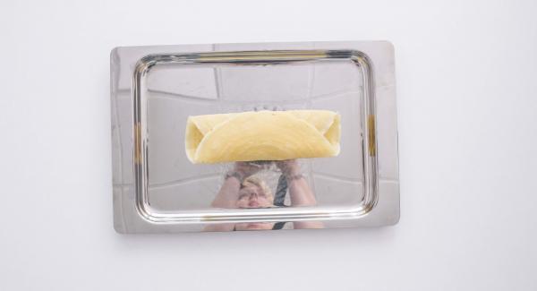 Riempire le crespelle con il ripieno ai frutti di mare. Mettere le crespelle nell'unità 24 cm e condire a piacere. Scaldare leggermente e servire.