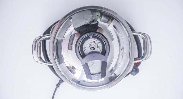 Al suono di Audiotherm, abbassare Navigenio a livello 2. Togliere il coperchio, aggiungere l'olio e i frutti di mare.