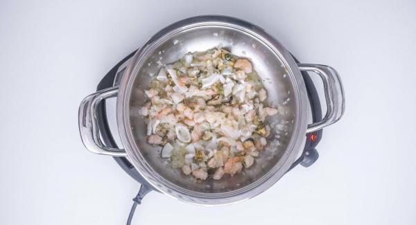 Sfumare con il vino e aggiungere il prezzemolo tritato mescolando. Alzare il livello di Navigenio e lasciar evaporare per 1 minuto.
