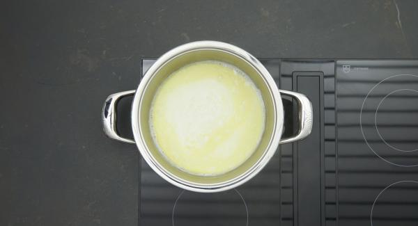 Mettere il burro nell'unità di cottura, disporla sul fornello impostato a livello massimo, aggiungere lo zucchero e il latte rimasti. Portare a bollore e togliere dal fornello.
