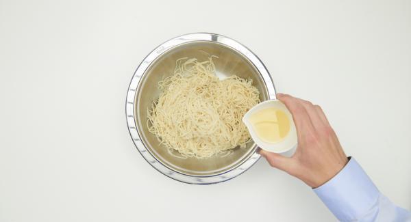 Cuocere la pasta in acqua salata seguendo le istruzioni riportate sulla confezione, scolarla al dente e condirla con l'olio.