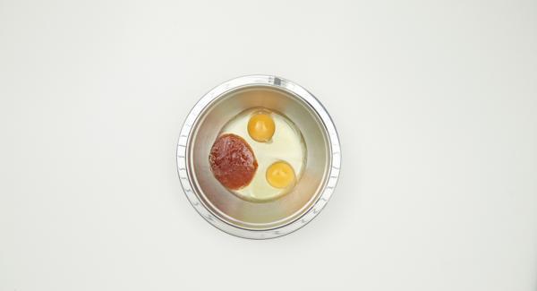 Tagliare il filetto di maiale a striscioline. Sbattere le uova con la salsa di soia.