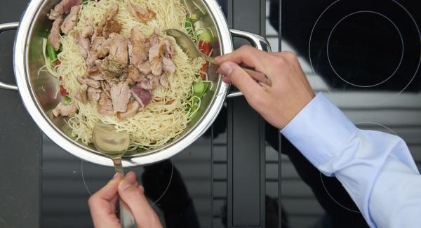 Aggiungere la pasta e la carne e riscaldare il tutto mescolando continuamente. Insaporire con sale e pepe.