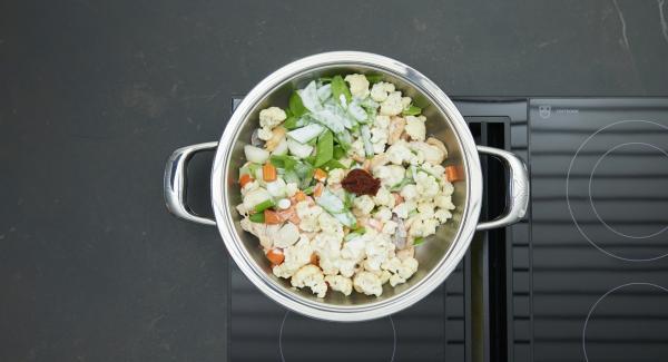 """Aggiungere la verdura al latte di cocco e alla pasta di curry. Impostare il fornello al massimo, fino a raggiungere la finestra """"verdura"""", abbassare il livello e, con l'aiuto di Audiotherm, completare la cottura per 5 minuti."""