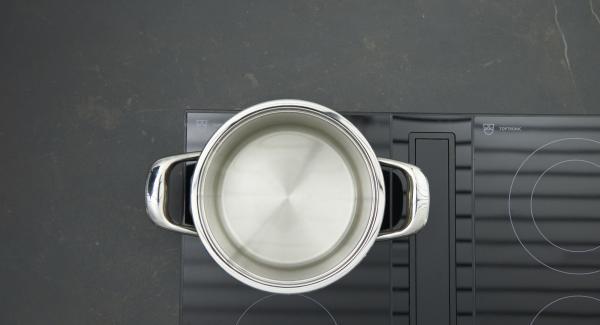 Adagiare le patate lavate non pelate nella Softiera. Versare una tazza d'acqua nell'unità di cottura.
