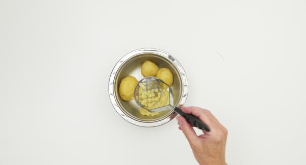 Posizionare l'unità nel suo coperchio capovolto e attendere l'apertura di Secuquick. Lasciar intiepidire le patate, quindi pelarle e schiacciarle.