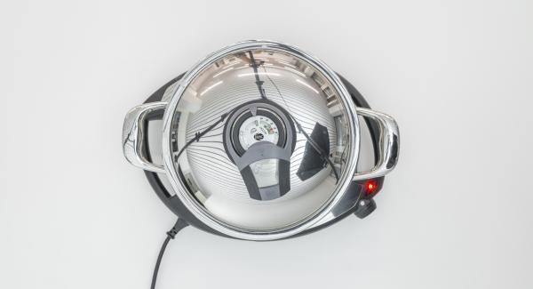 """Al suono di Audiotherm, impostare il livello 2 e cuocere i medaglioni di filetto con Audiotherm, fino a raggiungere il """"punto di girata"""" a 90 °C."""