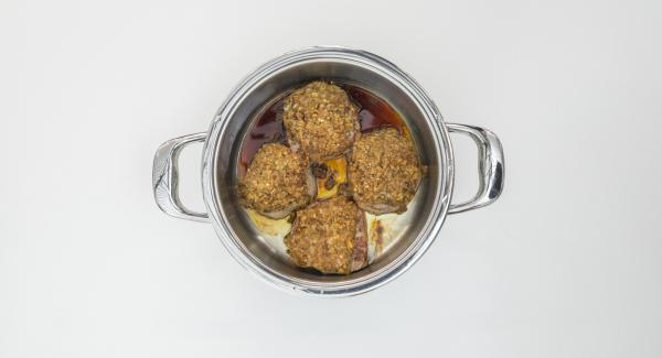 Riporre in caldo i medaglioni, diluire il fondo di cottura con il porto e il brodo, aggiungere la marmellata, salare e pepare.