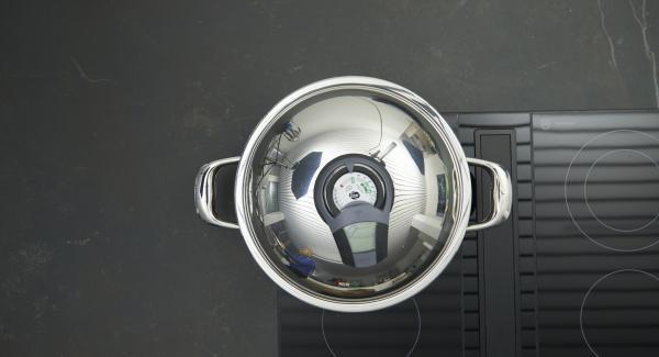 """Mettere Unica 28 cm sul fornello e impostarlo sul livello massimo. Accendere Audiotherm, applicarlo su Visiotherm e ruotarlo fino a visualizzare il simbolo """"carne""""."""