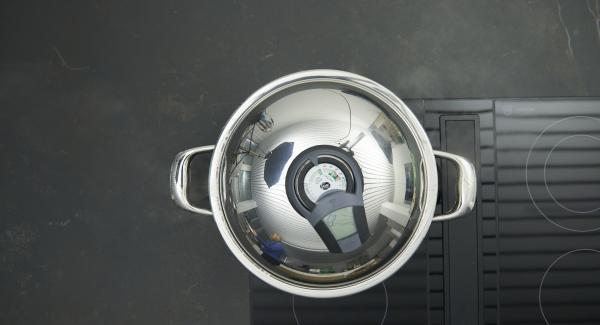 """Al suono di Audiotherm, abbassare il livello e aggiungere la carne e la pancetta. Coprire con il coperchio e, con l'aiuto di Audiotherm, cuocere fino a raggiungere il """"punto di girata"""" a 90 °C."""