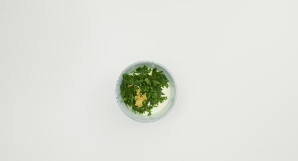 Tritare finemente il prezzemolo. Lavare il limone con acqua molto calda, grattugiare la scorza e spremere il succo. Unire la metà del prezzemolo e la scorza di limone con la crème fraîche, se si desidera.