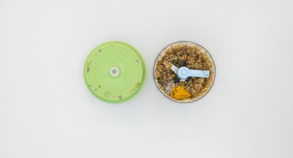 Tritare finemente le foglioline di timo e unirle al composto di marroni. Aggiungere la scorza di arancia, sale e pepe.