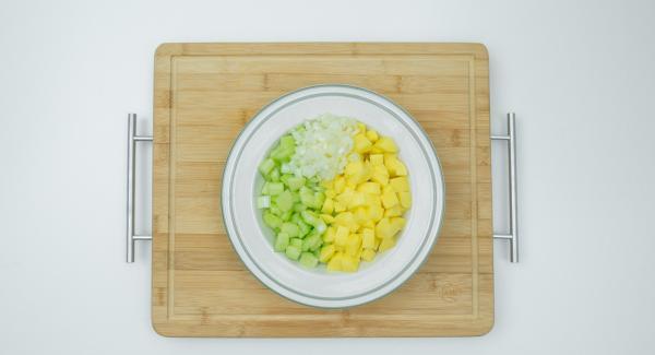 Pelare le patate e la cipolla, mondare il sedano e tagliare tutto a dadini.