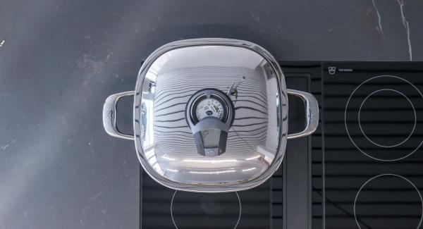 """Al suono di Audiotherm, girare gli spiedini e proseguire la cottura fino a raggiungere nuovamente il """"punto di girata"""" di 90°C."""