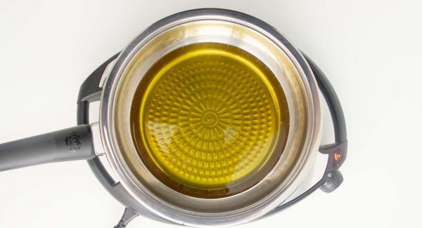 """Versare l'olio nella padella e posizionarla su Navigenio impostato a livello 6. Accendere Auditherm, applicarlo su Visiotherm e girare finchè compare il simbolo """"carne""""."""