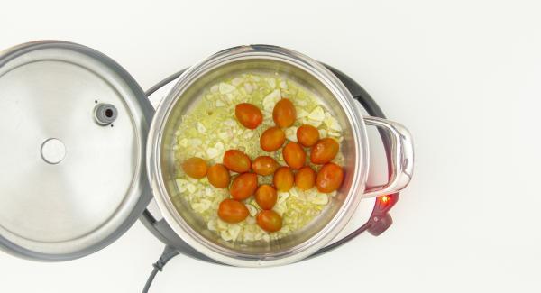 Al suono di Audiotherm, abbassare Navigenio a livello 2, mescolare e aggiungere l'aglio e 6 cucchiai d'olio. Soffriggere brevemente e aggiungere i pomodori ciliegini interi.