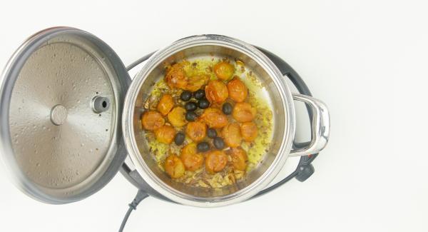 Al suono di Audiotherm, togliere il coperchio e aggiungere le olive tagliate a rondelle e i pezzetti di baccalà.