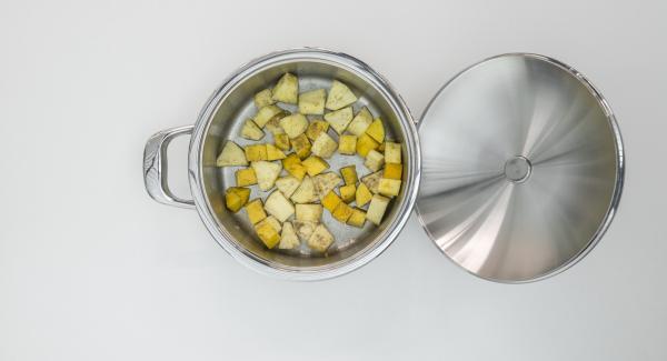 Tagliare a dadini la frutta preparata. Versarli nell'unità di cottura e mescolarli con lo zucchero vanigliato e il succo di limone.