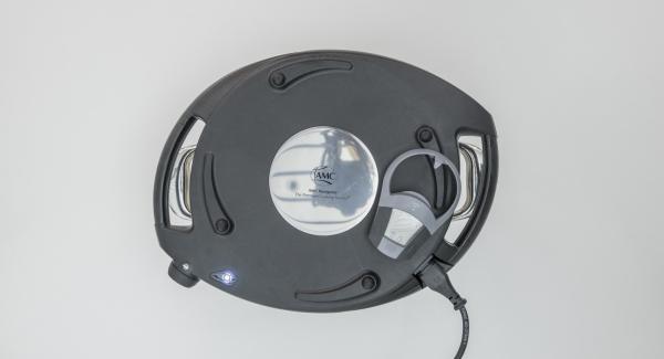 Posizionare l'unità di cottura nel suo coperchio capovolto, coprire con Navigenio rivolto verso il basso e impostare a livello (I). Appena la spia di Navigenio lampeggia di rosso/blu, inserire un tempo di 15 minuti su Audiotherm e cuocere fino a doratura.