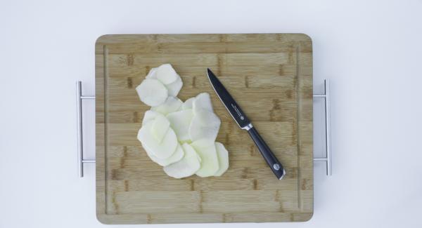Lavare e tagliare la mela a fettine più sottili possibile.